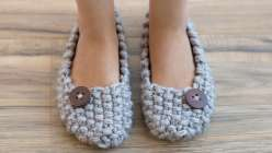 Wendy Bernard teaches you to make knitted slippers using bulky yarn and large knitting needles with a nubby Seed Stitch pattern and a button accent. This knitting project is great for beginning knitters who want to practice shaping and stitch patterns.
