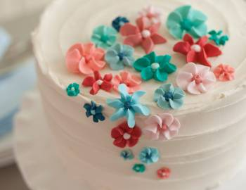 The Wilton Method of Cake Decorating: Easy Royal Icing Flower Cake